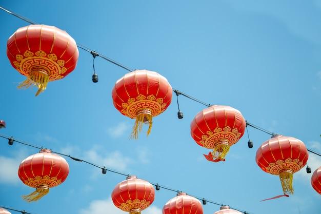 Decorazione di hanking della lanterna rossa cinese sul blu