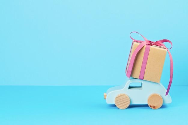 Decorazione di natale con auto in legno, regali con spazio di copia. biglietto di auguri di stagione