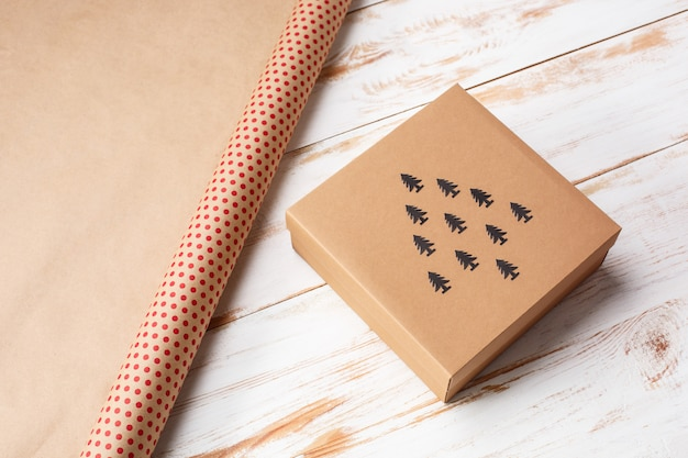 Decorazione di natale e contenitore di regalo sopra superficie di legno