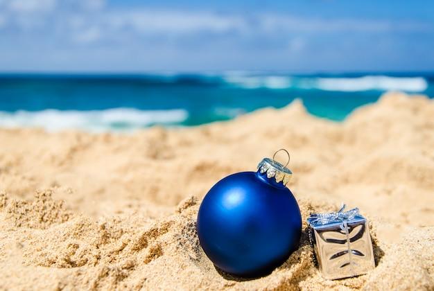 Decorazione di natale e felice anno nuovo sulla spiaggia tropicale