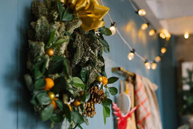 Decorazione di natale nel salone o nella sala da pranzo, corona di natale e luci nella cucina, fuoco selettivo
