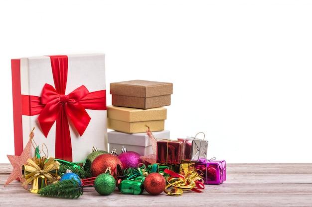 Decorazione di natale o del nuovo anno per il concetto di festa sul bordo di legno grigio.
