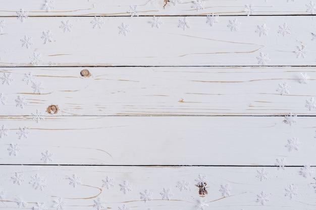 Decorazione di natale su priorità bassa di legno bianca con lo spazio della copia.