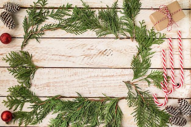 Decorazione di natale sulla tabella di legno bianca