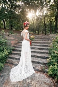 Decorazione di nozze in stile boho, composizione floreale, tavolo decorato in giardino.