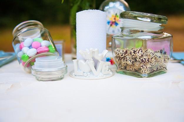 Decorazione di nozze nella foresta. cerimonia rustica