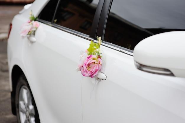 Decorazione di nozze su auto matrimonio