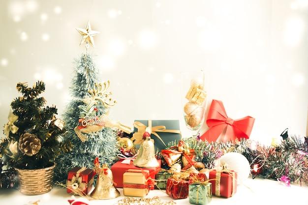 Decorazione di ornamenti e articoli natalizi, buon natale e felice anno nuovo.