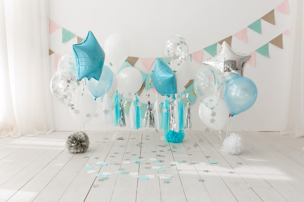Decorazione di sfondo festivo per la festa di compleanno con torta gourmet e palloncini blu