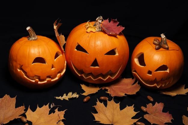 Decorazione di zucche e foglie di acero con ghiande per halloween