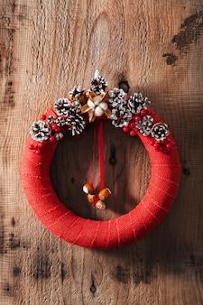 Decorazione diy fatta a mano della corona rossa di natale