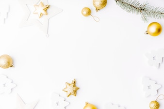 Decorazione dorata di natale su bianco