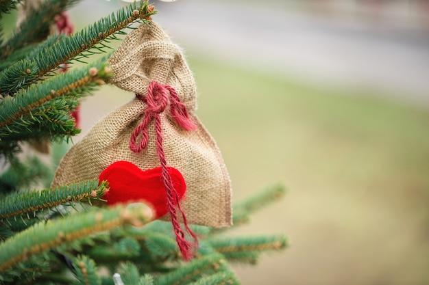 Decorazione fatta a mano diy su un albero di natale all'aperto, concetto zero dello spreco