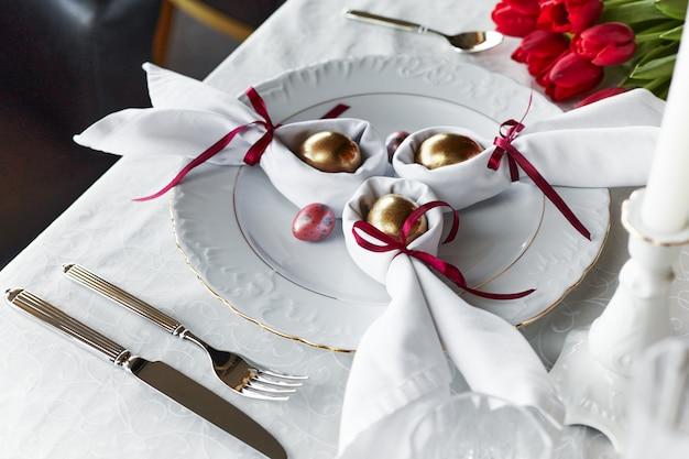 Decorazione festiva della regolazione della tavola della molla di pasqua, uova in nido