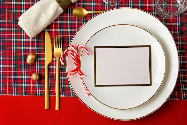 Decorazione festiva della tavola di natale per la festa