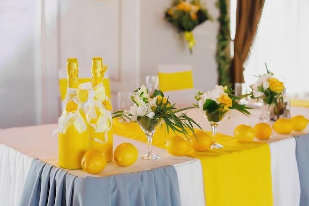 Decorazione gialla della tavola di nozze per la sposa e lo sposo