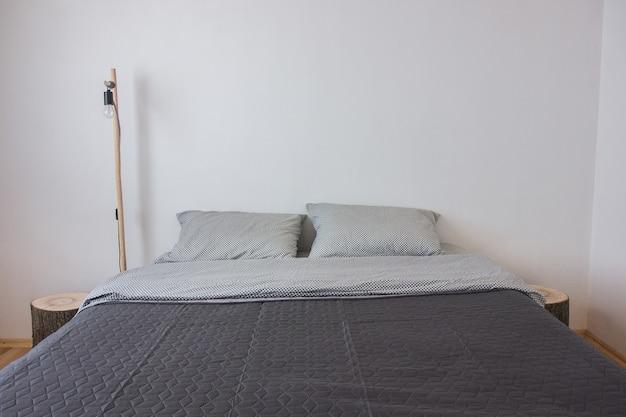 Decorazione interna moderna della camera da letto. camera da letto moderna al mattino.