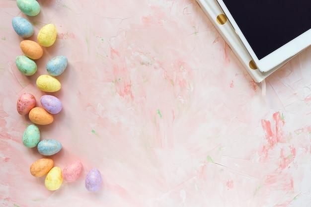 Decorazione multicolore delle uova e concetto di pasqua della compressa.