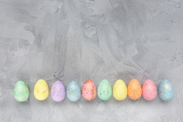 Decorazione multicolore delle uova su gray