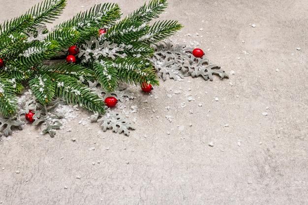 Decorazione natalizia. abete di capodanno, foglie fresche e neve artificiale.