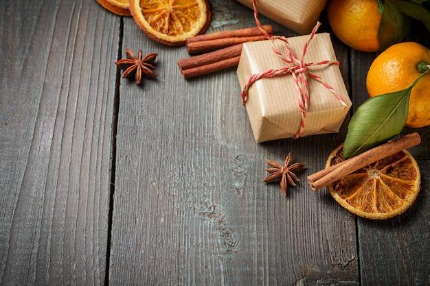 Decorazione natalizia con confezione regalo e mandarini