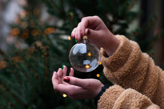 Decorazione natalizia. ragazza con la palla dell'albero di natale.