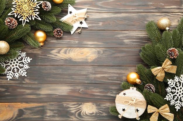 Decorazione natalizia. ramo dell'abete con la decorazione di natale su marrone, struttura