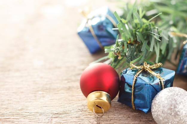 Decorazione natalizia. regali del nuovo anno e palle dell'albero di natale su fondo di legno