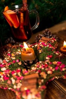 Decorazione natalizia, stella con candela con vin brulè. bevanda calda invernale. nuovo anno.