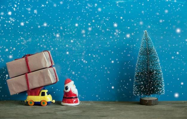 Decorazione natalizia su sfondo blu in legno con neve