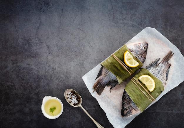 Decorazione piatta con pesci e copia-spazio