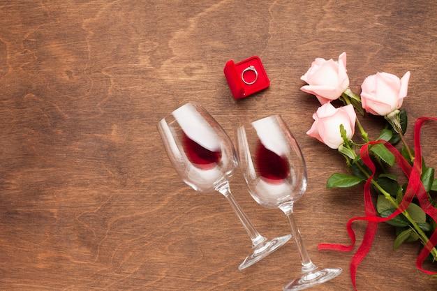 Decorazione piatta con rose, vino e anello