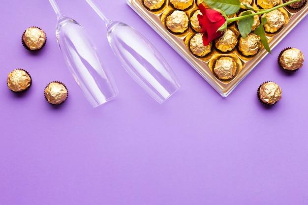 Decorazione piatta con scatola di cioccolatini e copia-spazio
