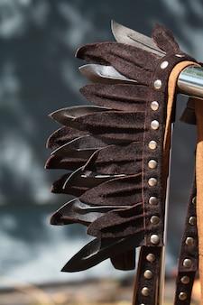 Decorazione ravvicinata per la testa di piume di cuoio nello stile delle tribù indiane