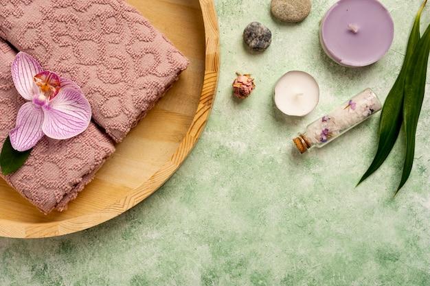 Decorazione spa piatta con asciugamani e candele