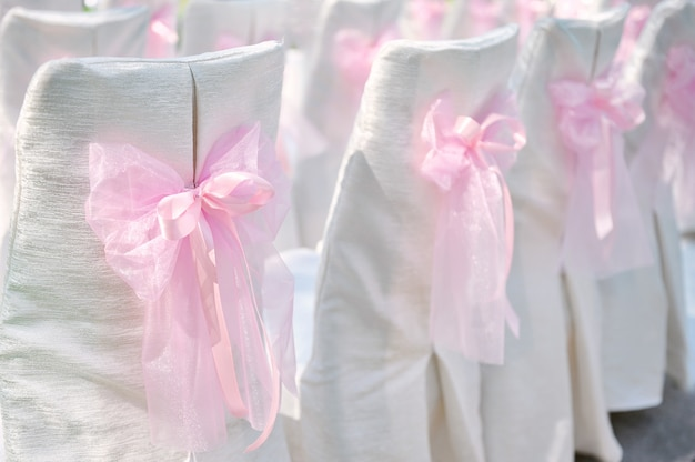 Decorazione su sedie da sposa fiocco rosa
