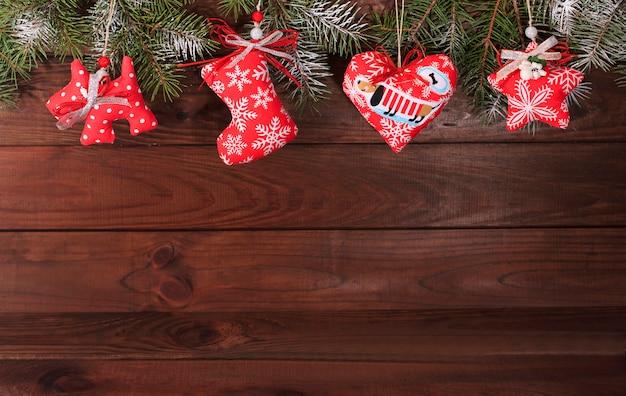 Decorazione tessile di natale su uno sfondo di legno