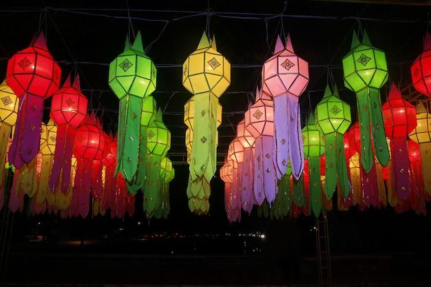 Decorazione variopinta di festival di lanterna di lanna, chiang mai, tailandia