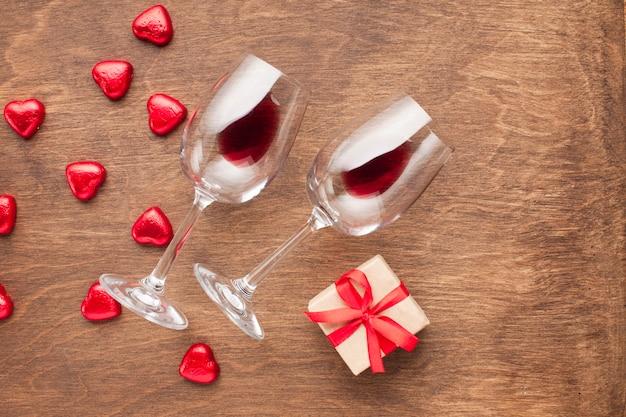 Decorazione vista dall'alto con caramelle e bicchieri a forma di cuore