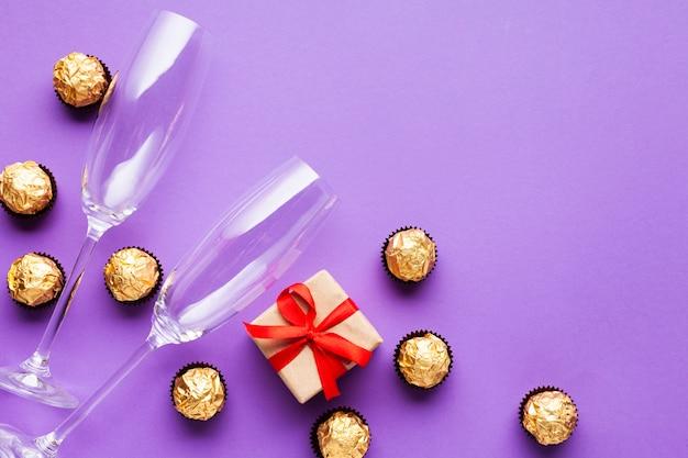 Decorazione vista dall'alto con palline di cioccolato e regalo