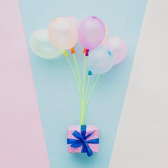 Decorazione vista dall'alto con palloncini colorati e regalo