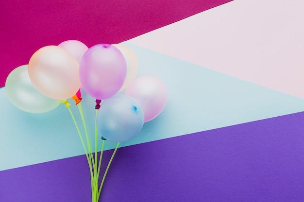 Decorazione vista dall'alto con palloncini e sfondo colorato