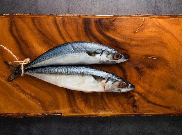 Decorazione vista dall'alto con pesce sul piatto di legno