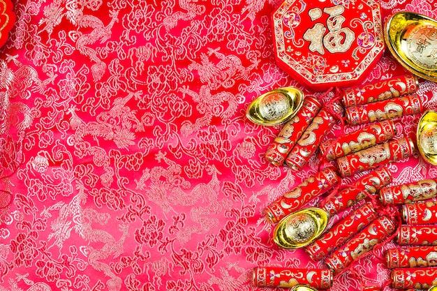 Decorazioni cinesi di capodanno, ang pow o pacchetto rosso e lingotti d'oro.