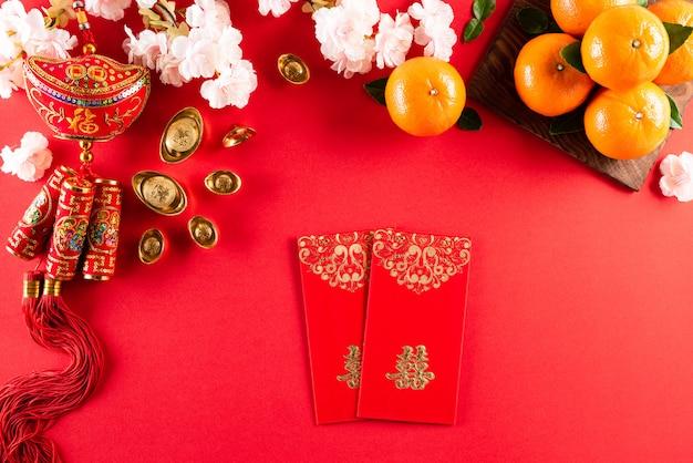 Decorazioni cinesi di festival del nuovo anno su un fondo rosso.