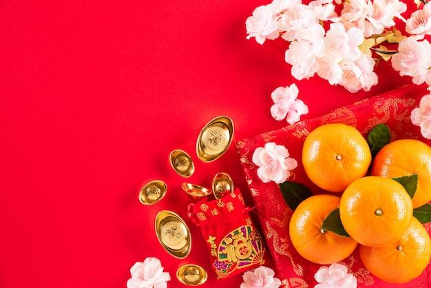 Decorazioni cinesi di festival del nuovo anno su un rosso
