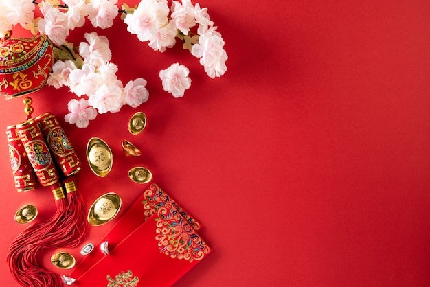 Decorazioni cinesi di festival del nuovo anno su un rosso.