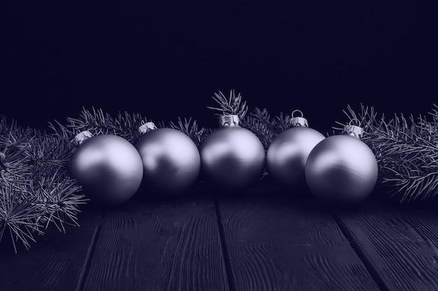 Decorazioni colorate di natale sulla tavola di legno nera. palle di natale su fondo in legno.