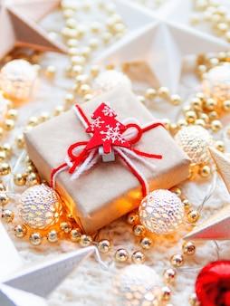 Decorazioni con stelle di natale e capodanno. scatola regalo avvolta in carta artigianale