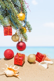 Decorazioni dell'albero di natale sulla spiaggia in tropicale. vacanze di capodanno nei paesi caldi